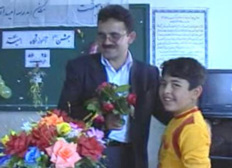 عرفان دهقانی در حال اهدا گل به آموزگار خود